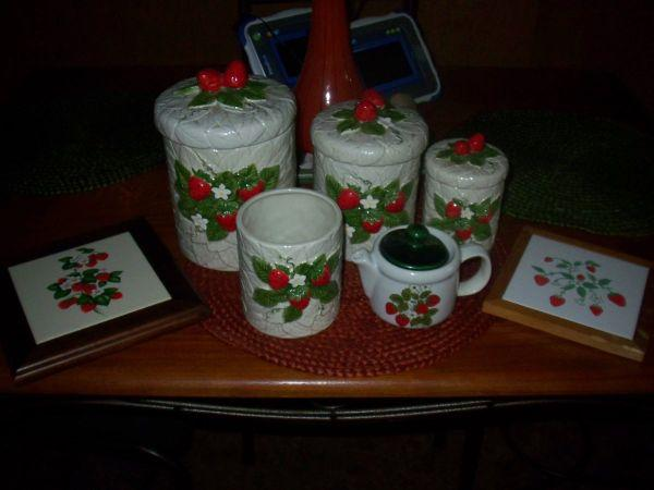 Reduced to sell vintage strawberry kitchen decor items for Kitchen decor items
