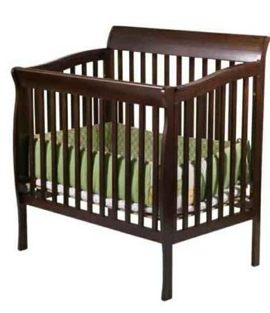 Riley black cherry baby crib for Sale in Baton Rouge