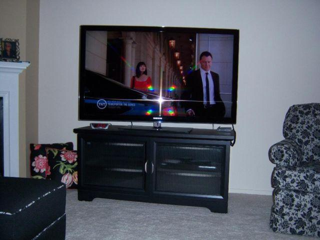 SAMSUNG 55 FLAT SCREEN TV AND STAND