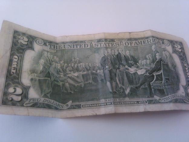 se vende billete de $2 americano de la suerte.