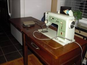 Singer Sewing Machine W/cabinet   $80