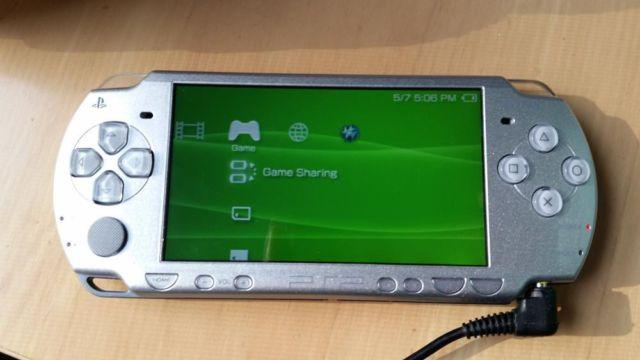 Sony PSP 2000 comes with charger, 2gig card, 3 games and console case