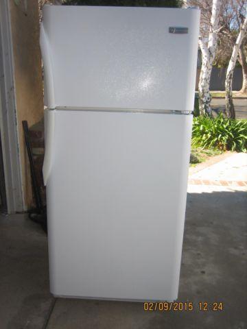 SUPER CLEAN FRIGIDAIRE APARTMENT SIZE REFRIGERATOR TOP FREEZER WHITE ...