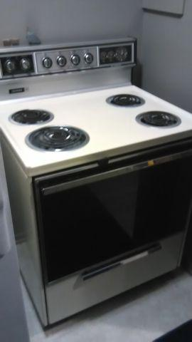 Tappan Electric Stove older model but in excellent conditiom