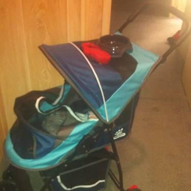 The Top Paw Sport Pet Stroller is ideal for carrying your pet on along walk. With a steel frame and waterproof, nylon construction, this pet stroller keeps your pet contained and protected whereveryou go.