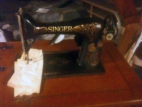 Vintage 1912 Singer Sewing Machine & Leaf Table