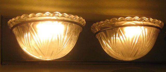 VINTAGE CHROME BATHROOM LIGHT W SCALLOPED CLAMSHELL GLASS SHADES - Vintage chrome bathroom lighting
