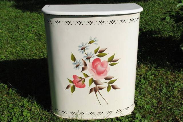 VINTAGE CLOTHES HAMPER For Sale In Wilmington, Delaware