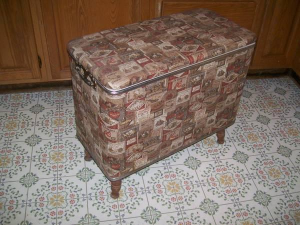 VINTAGE COLONIAL EARLY AMERICAN CLOTHES HAMPER For Sale In