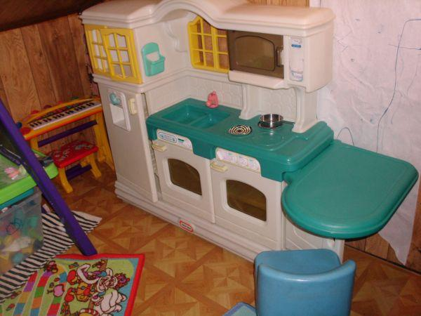 Vintage little tikes country kitchen wt table and for Toy kitchen table