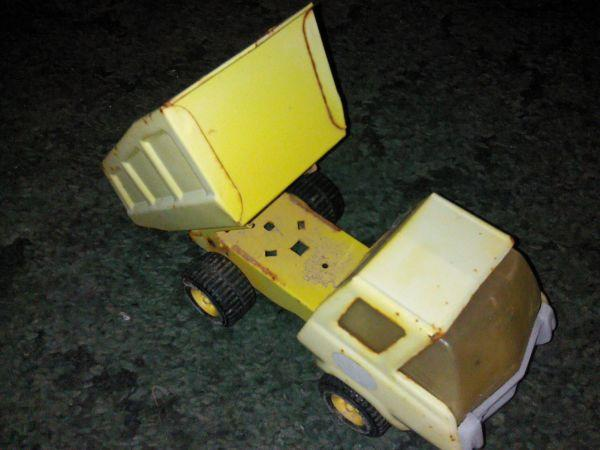 Vintage metal 1970s Yellow Tonka Dump Truck 9 Inches Long with Glass - $5