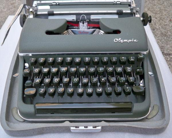Vintage Olympia SM3 DeLuxe Portable Typewriter w/Case