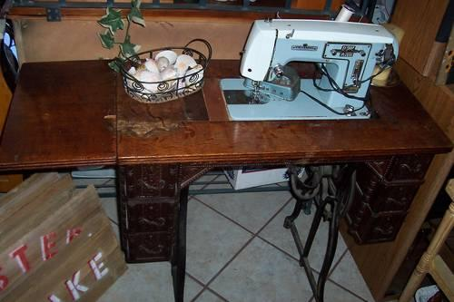 Vintage Sewing Machine Table and Sewing Machine