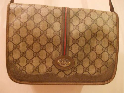 VINTAGE SIGNATURE CROSS BODY GUCCI BAG.