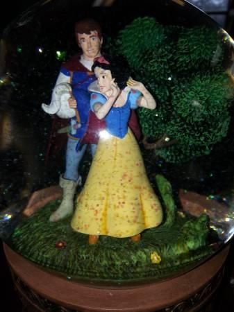 Walt Disney's Snow White The Seven Dwarfs Snow Globe