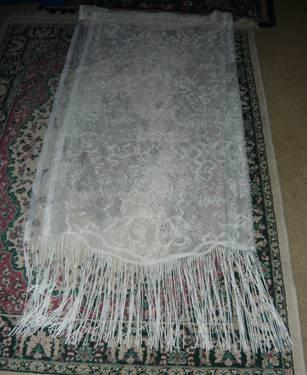 WHITE LACE CURTAINS WITH SCALLOPED BOTTOM