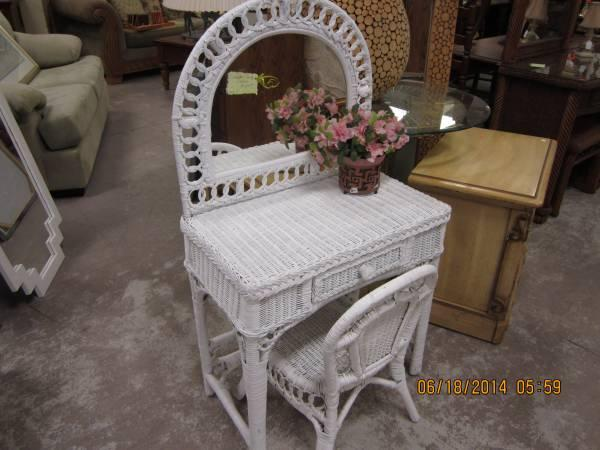 White Wicker Vanity With Chair For Little Girl For Sale