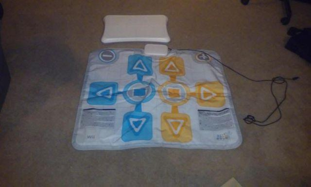 Wii Mat, 2 Corresponding Games, 2 Wii Rifles and Wii