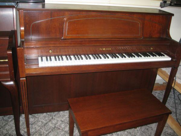 Yamaha piano like new with bench great yamaha so or for Yamaha eugene or