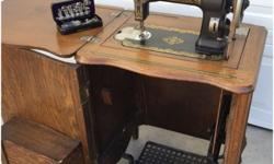 This Sewing machine is from the early 1900's as you can appreciate in the images, and it is in good condition. Collector's piece. There are little scratches and scuffs in the wood as you can see in th