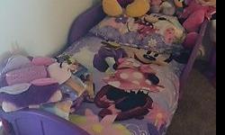 incluye la cama, el colchon hipoalergenico y el set de cubre cama, mi hija nunca durmio en el y lo vendo por mudanza