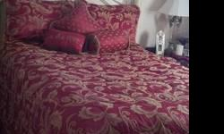 Gorgeous Queen Reversible Waverly Comforter Set in paisley pattern with 3 accent pillows, 2 pillow shams, dust ruffle + matching bathroom accessory set & MORE!! 2 Valure towels & 3 washcloths. Fringed