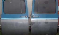 PAIR (2) OF CALIFORNIA RUST FREE DOORS WITH GOOD GLASS * WILL FIT 1981-1987 CHEVROLET CREW CAB TRUCKS & SUBURBANS * HAS ALL OF POWER WINDOW & POWER LOCK MECHANISMS * WINDOWS ARE TINTED BUT ONE HAS A S