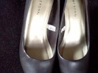 HERE WE HAVE A USED PAIR OF MERONA HEELS. BROWNISH/