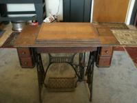 1906 Singer pedal sewing machine. Neat old piece of