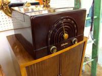1950's Tube AM Radio Phonograph. Bakelite cabinet.