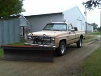 1985 Chevy 2500 4x4 with older style hydraulic plow