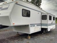 1996 Jayco 30 foot fifth wheel camper very good