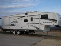 2006 31' Wildwood 5th Wheel for sale. Has 2 slides -