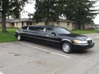 2000 lincoln Town Car 8 Passenger - Great airport