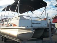 2000 Bennington 22ft Pontoon with a 1998 Yamaha 200 hp