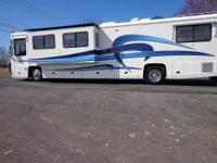 2000 Foretravel 40' Unicoach U320 with big driver side