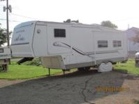 Clean 29 1/2 ft. 5th Wheel : has stand-up bedroom with