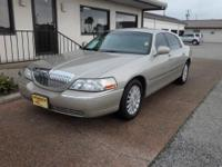 2004 LINCOLN TOWN CAR SIGNATURE- VERY NICE! FRENCH SILK