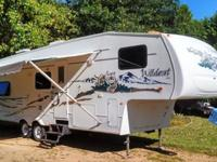 ,,,2005 ONE OWNER 31ft. WILDCAT 5th wheel camper,