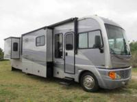 2005 Fleetwood Pace Arrow This Class A recreational
