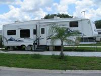 Hit the road in style! This 5th wheel has all the