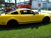 2005 Ford MustangGorgeous Vehicle !! Yellow with black