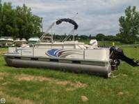 This 2006 Lowe 214 Bimini is an excellent family boat!