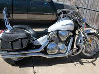 Full windshield Vance and Hines pipes Highway bars