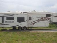 Stock Number: 713053. This 2008 Keystone Montana 3400RL