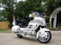 2008 HONDA GOLDWING PEARL WHITE.-Chrome front fender