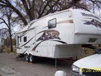2008 Keystone Montana; 2955rl,manual leveling in rear,