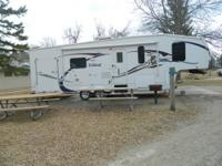 2009 Wildcat model 31THSB. 33' fifth wheel camper with