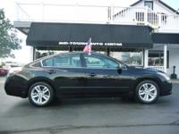 1 OWNER, HEATED LEATHER SEATS, SUNROOF, REAR SENSORS,
