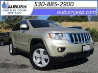 NAVIGATION, LEATHER, 4WD! This superb 2011 Jeep Grand